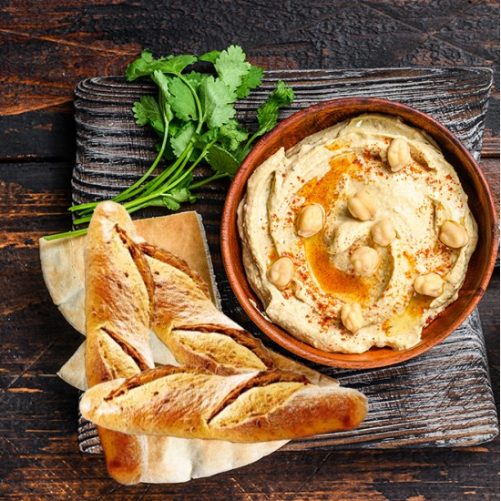 Kurv med hummus og brød
